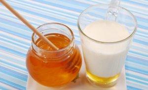 Молоко с медом – эффективное народное средство от ангины у детей