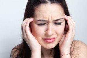 Давит на уши и болит голова – это только симптомы, но они могут указывать на серьезные заболевания
