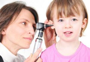 Обследуем ухо ребенка у отоларинголога