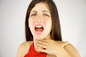Сухость в горле дополняется тревожными симптомами – опасный признак!