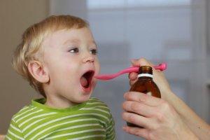 Отхаркивающий сироп нужно давать детям строго по инструкции!