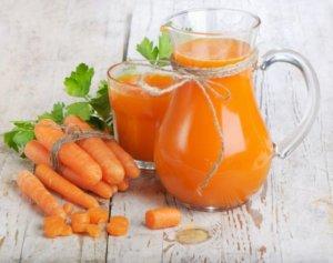 Лечим сухость в горле морковным соком с медом!