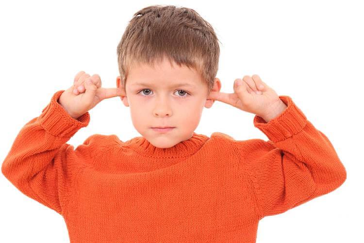 О чем свидетельствуют выделения из уха у ребенка?