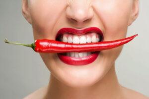 В зависимости от причины ожог горла может быть термическим или химическим
