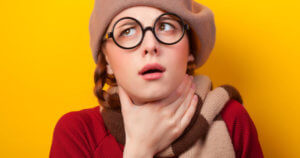 Очень сильно болит горло: почему и что делать?