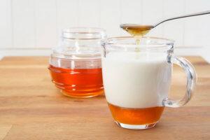 Теплое молоко с медом поможет быстро вывести мокроту!