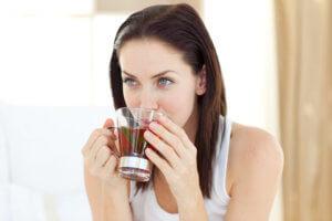 При боли в горле рекомендуется обильное теплое питье!