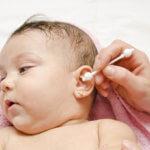 Чистим ушки новорожденному правильно!