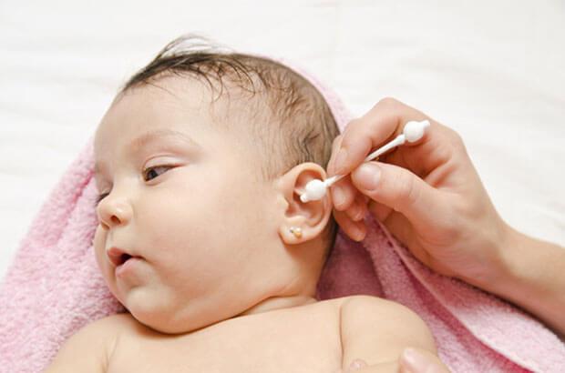 Как и чем чистить ушки новорожденному?