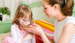 Даем ребенку больше теплого питья