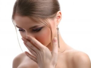 Игнорировать неприятный запах из носа нельзя, так как он может быть спутником серьезного заболевания!