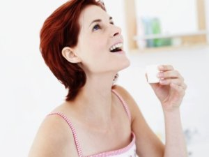 Полоскание горла поможет очистить миндалины и устранить неприятный запах
