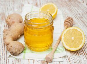 Смесь их корня имбиря, меда и лимона – эффективное средство от недуга