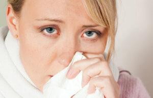 Отек слизистой носа могут спровоцировать разные вирусы, бактерии и аллергены