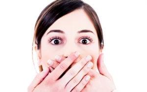 Охриплость и боль в горле могут быть признаками ларингита