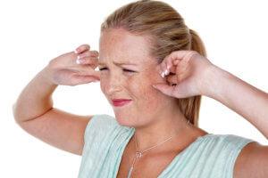 Перекись способствует заживлению ранок ухе и подходит для удаления серных пробок