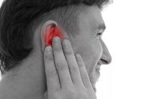 При гнойном отите ставить компресс на ухо запрещено!