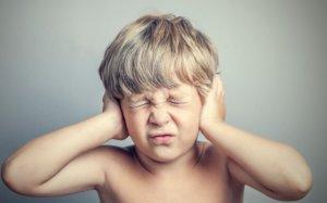 Что делать, если ребенок жалуется на боль в ушах?