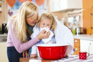 При повышенной температуре тела у детей делать ингаляции запрещено!