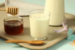 Теплое молоко с медом – эффективное средство от сухого и влажного кашля!