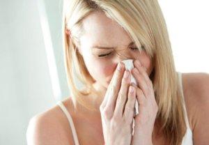 Ринит сопровождается выделениями из носа и чиханием