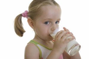 Необходимо давать ребенку пить больше теплой жидкости