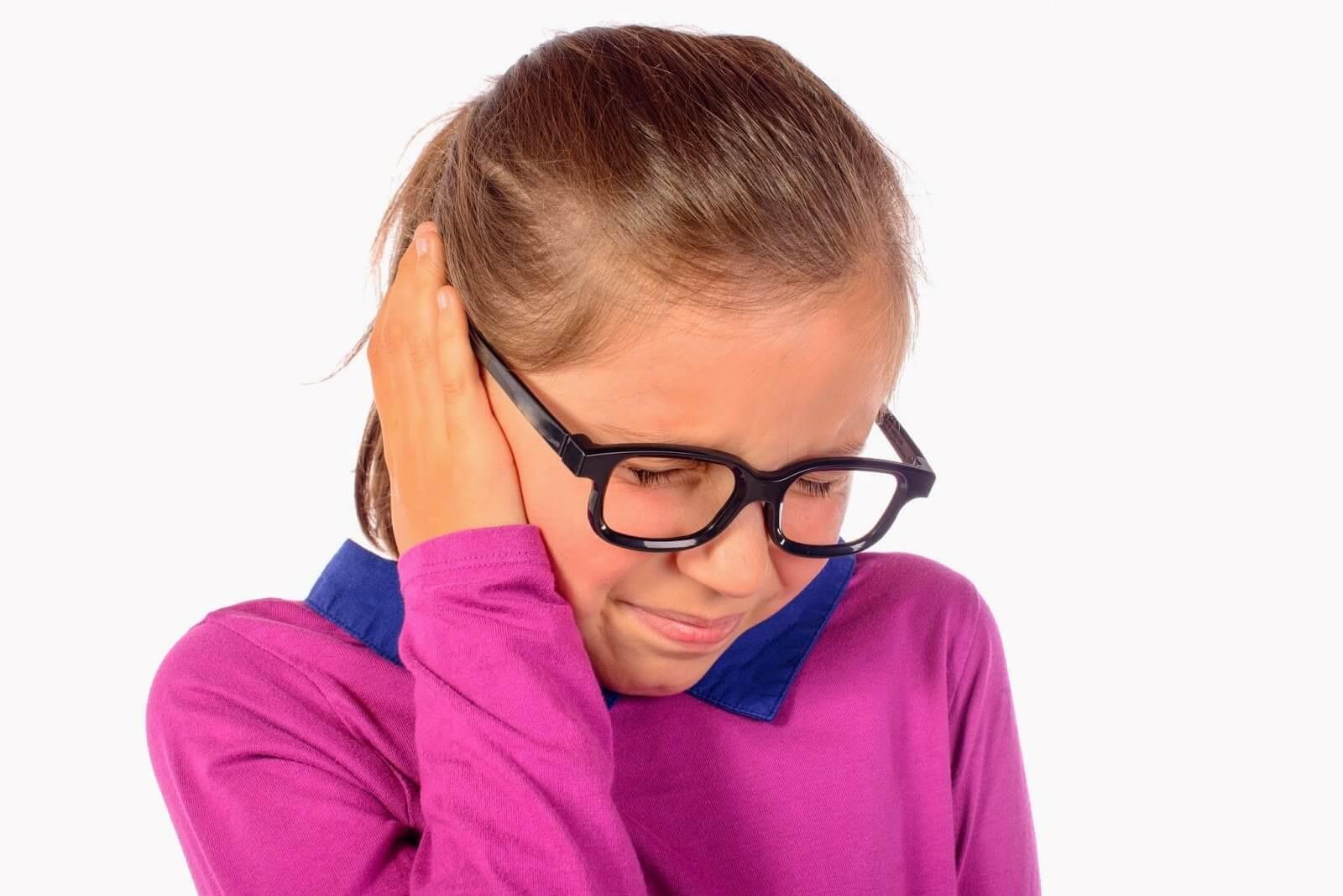 Почему у ребенка течет гной из уха и что делать?