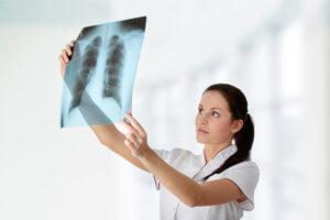 Фтизиатр исследует легкие, но туберкулез может поражать и другие ткани и органы в организме