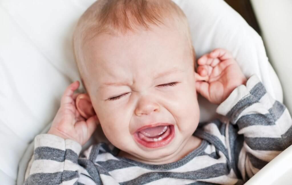 Почему у ребенка болит ухо и как устранить данный симптом?