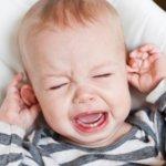Боль в ухе у ребенка может быть вызвана целым рядом причин