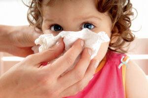 Густые сопли у ребенка могут вызвать бактерии, вирусы или аллергены