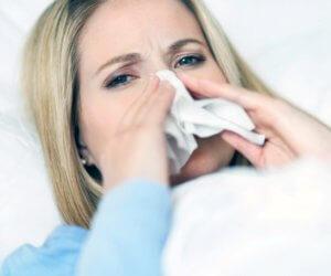 Ринит могут вызвать вирусы, бактерии и аллергены