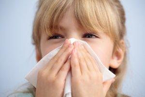 Белые сопли могут быть признаком аллергического или вирусного насморка