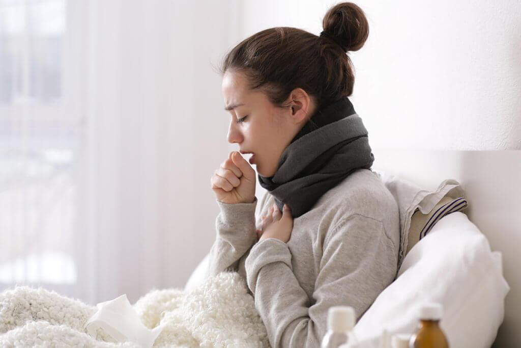 О чем «говорит» сильный кашель без температуры у взрослого и как его лечить?