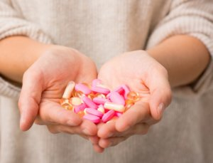 Антибиотики лучше принимать во время кормления или сразу после него