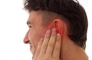 Боль в ухе может быть вызвана разными причинами