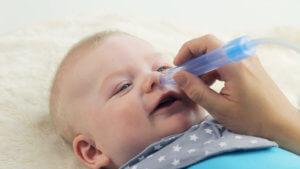 Чтобы малыша не мучил кашель, нужно регулярно очищать носик он слизи