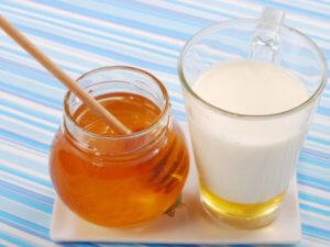 Лечим сухой кашель теплым молоком с медом!