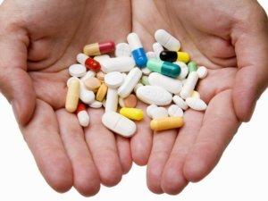 Лечение комплексное и зависит от причины, формы и стадии болезни