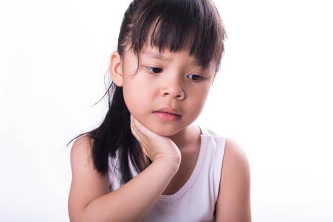 Ребенку больно глотать: почему и что делать?