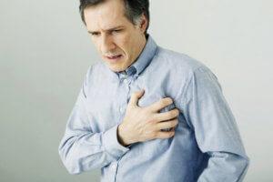 Девясил нельзя принимать людям с заболеваниями сердечно-сосудистой системы