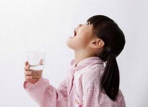 Полоскание горла поможет быстрее устранить симптомы боли в нем