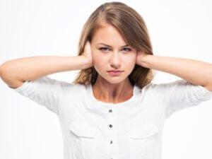 Снижение слуха может развиваться остро или нарастать постепенно