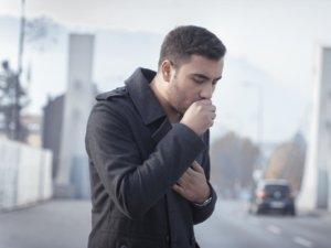 Основные симптом болезни является кашель, который может быть как сухим, так и влажным