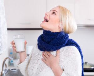 Полоскание поможет быстро устранить боль в горле