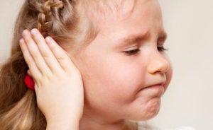 Боль, шум и заложенность в ухе, повышенная температура – признаки недуга