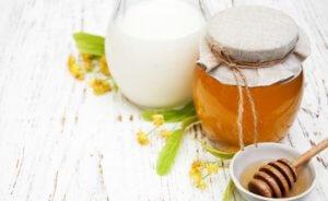 Теплое молоко с медом поможет устранить першение в горле