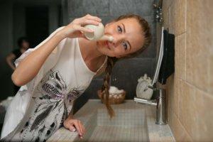 Промывание солевым раствором применяется при заболеваниях носа, которые сопровождаются насморком и заложенностью