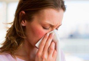 Солевой раствор помогает избавиться от слизи, микробов и отечности слизистой носа