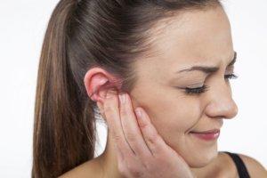 Промывание уха отваром ромашки поможет вылечить гнойный отит